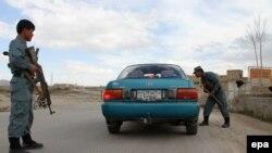 Полицајци проверуваат автомобил во областа Анбар.