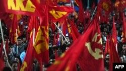 Syriza, coalitia stângii radicale, a devenit al doilea partid din noul parlament grec, Partidul Comunist Grec, de natura afişat stalinistă, a obtinut peste 8%, iar la capatul celalalt al spectrului politic formatiunea neo-nazista Khrysi Avgi, Zorile Aurit