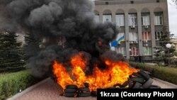 Перед входом до центрального офісу «Криворіжгаз» запалили шини