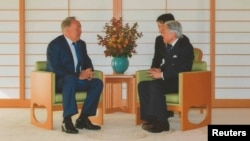 Kazakh President Nursultan Nazarbaev (left) talks with Japan's Emperor Akihito at the Imperial Palace in Tokyo on November 7.