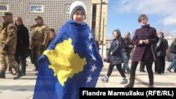 Na devetu godišnjicu od proglašenja nezavisnosti, Kosovo je priznalo 113 od 193 države, koliko ih je u Ujedinjenim nacijama. Foto: dečak u Prištini sa zastavom Kosova