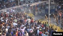 Поліція застосовує водомет для розгону демонстрантів у найбільшому місті штату Ассам Ґувахаті, 11 грудня 2019 року