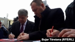 Pamje nga nënshkrimi i peticionit për ndryshimin e Ligjit për Gjykatën Speciale. Prishtinë, 15 dhjetor, 2017