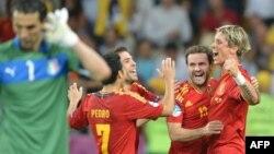 Игроки сборной Испании ликуют после победы над командой Италии в финале чемпионата Европы по футболу. Киев, 1 июля 2012 года.