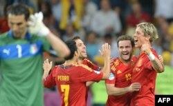 İspaniya yığması Fernando Torres'in qolunu qeyd edir