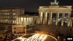 آلمانی ها در شصتمین سالگرد «روز جهانی حقوق بشر» در «پاریزر پلاتس» گرد آمدند. (عکس از epa)