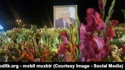 Цветы, принесенные жителями Андижана к портрету Ислама Каримова.