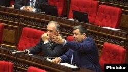 Առաքել Մովսիսյանը (աջ) ԱԺ դահլիճում, արխիվ