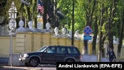 Амэрыканскія дыпляматы зьяжджаюць з амбасады ў Менску ў траўні 2008 году