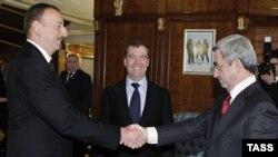 Dmitry Medvedev (ortada), Ilham Əliyev və Serzh Sarkisian, 2012