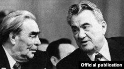 Советский лидер Леонид Брежнев и лидер Советского Казахстана Динмухамед Кунаев на собрании в Алматы.