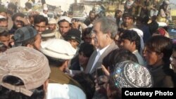 Radio Mashaal correspondent Sailab Mahsud (center), interviewing IDPs in Dera Ismail Khan, Pakistan, 27Dec2012