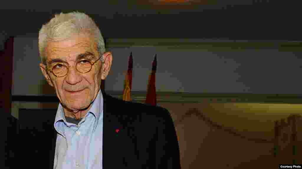 ГРЦИЈА - Прашањето за името излезе од колосек поради глупостите на политичарите. Луѓето сакаат да си најдат идентитет, со отстапки од двете страни, но и од опозицијата подготвени се за компромис, господинот Заев рече дека ќе го смени името на аеродромот, ќе ги смени таблите на улиците, изјави солунскиот градоначалник Јанис Бутарис за грчките медиуми, пренесе МИА.