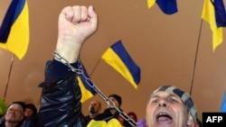 Активист-сторонник проевропейского курса на Майдане Независимости 22 ноября 2013 года