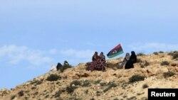 نسوة ليبيات يحملن علم بلادهن في إحتفال بالتحرير في مدينة زنتان