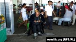 Пожилой мужчина просит милостыню в Ташкенте. 24 июня 2013 года.