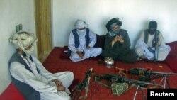 """Члены """"Талибана"""" в комнате с оружием на севере Афганистана. Иллюстративное фото."""