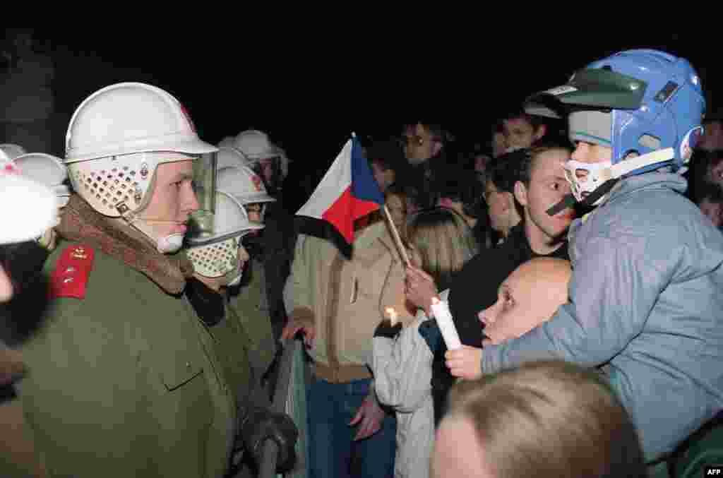 Протестующие стоят перед полицейским кордоном 19 ноября.