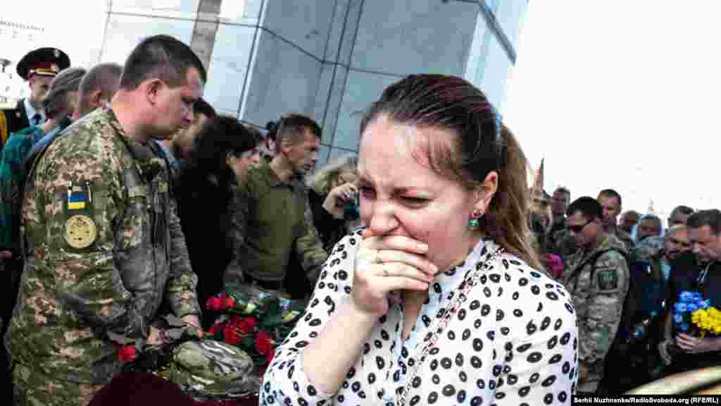Під час прощання жінки не могли втримати сльози