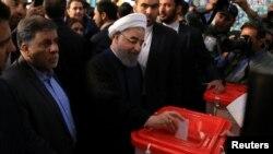 Чинний президент Ірану Хассан Роугані опускає бюлетень, 19 травня 2017 року