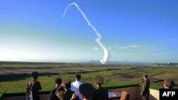 مقام های کره شمالی در حال مشاهده آزمایش موشکی