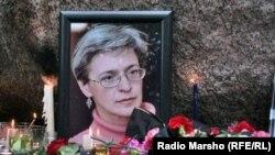 Цветы и свечи у портрета Анны Политковской
