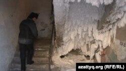Покрытая льдом и снегом лестница подъезда одного из жилых домов города Семея. 21 января 2011 года.