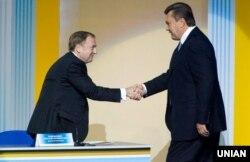 Тодішні президент України Віктор Янукович (праворуч) та міністр юстиції Олександр Лавринович вітаються на Всеукраїнських зборах юристів у Києві. 5 жовтня 2010 року
