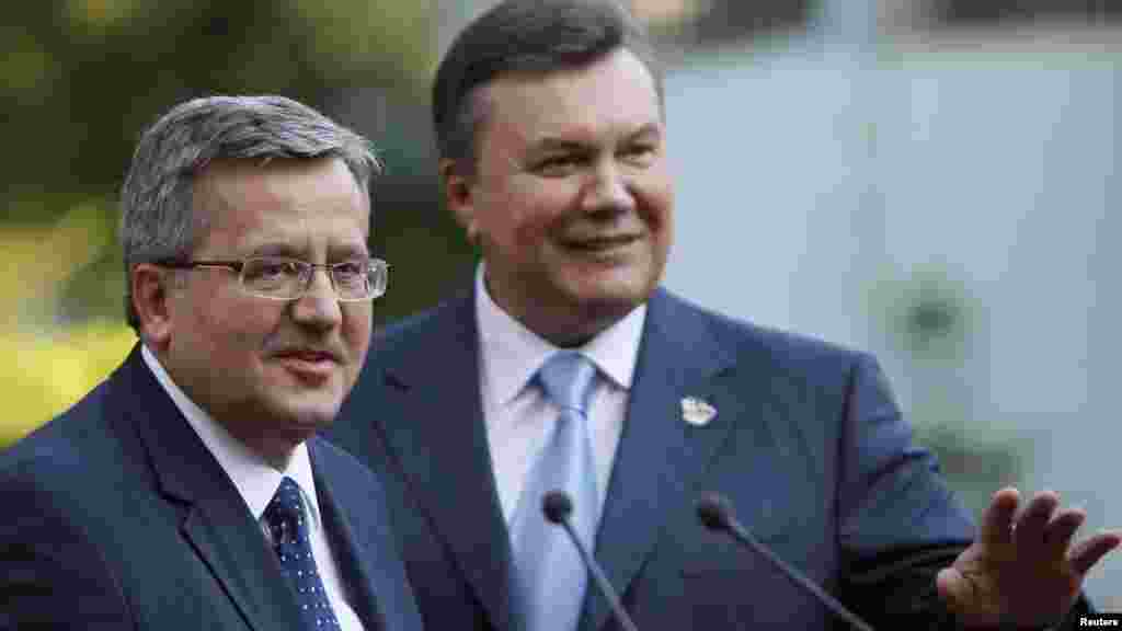 Ukrainian President Viktor Yanukovych (right) and his Polish counterpart, Bronislaw Komorowski, before the final