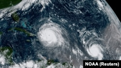 Uraganul Irma (stînga) și uraganul Jose într-o imagine luată deasupra Oceanului Atlantic de pe satelitul NOAA, 7 septembrie 2017