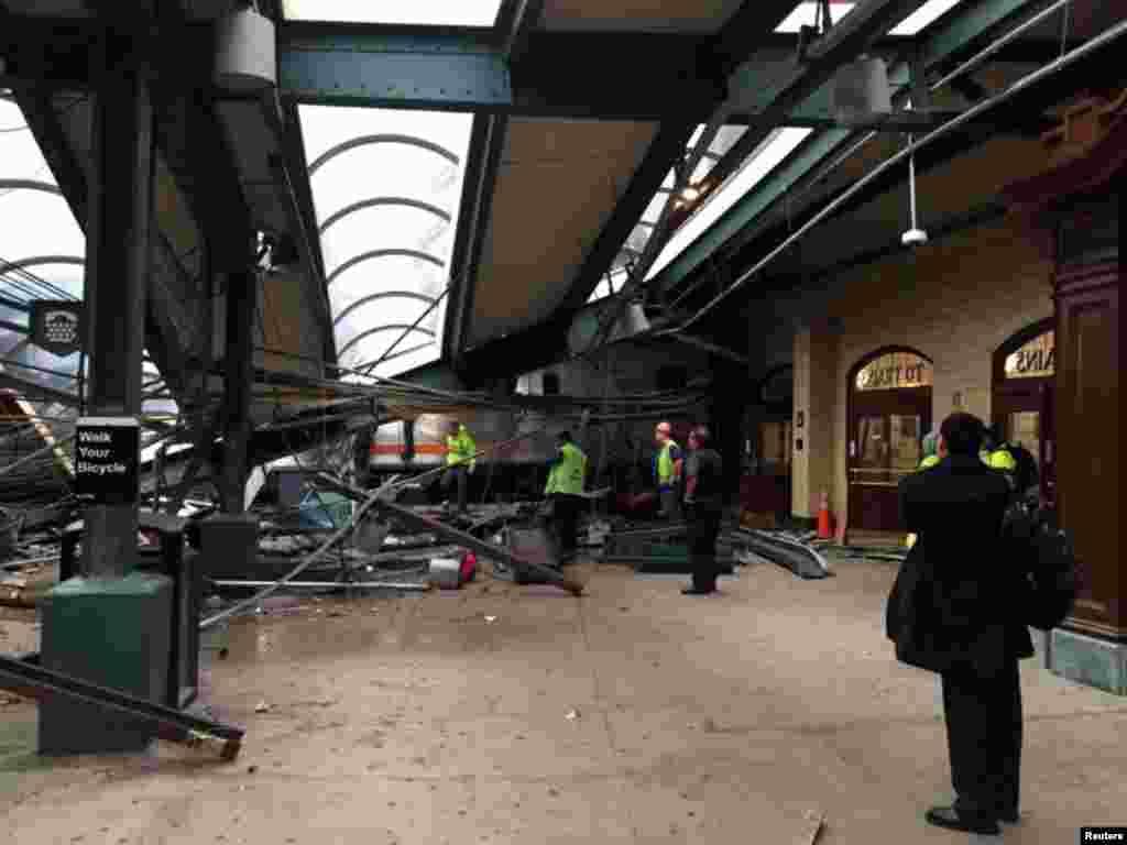 Приміський потяг, що з'їхав із рейок і врізався в будівлю станції Гобокен, штат Нью-Джерсі