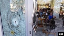 Женщина в вестибюле отеля Marhaba, вскоре после нападения на отдыхающих