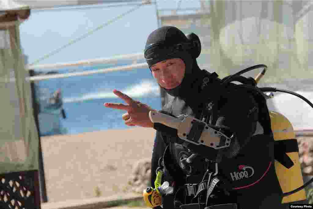 Азамат Токтоналиев - один из лучших водолазов спасательной группы МЧС. Фото сделано во время семидневных поисков утонувшего. Он работает водолазом больше шести лет. Азамат может спускаться на глубину до 80 метров. Автор Эсен Пратов.