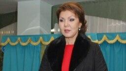Qazaqstan prezidenti Nwrswltan Nazarbaevtıñ ülken qızı Dariğa Nazarbaeva saylau uçaskesinde twr. Astana, 15 qañtar 2012 jıl.