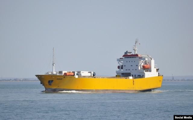 """Паром """"Александр Ткаченко"""" (ранее – """"Робур"""") – одно из самых приметных судов """"сирийского экспресса"""" благодаря ярко-желтому цвету, в который оно окрашено"""