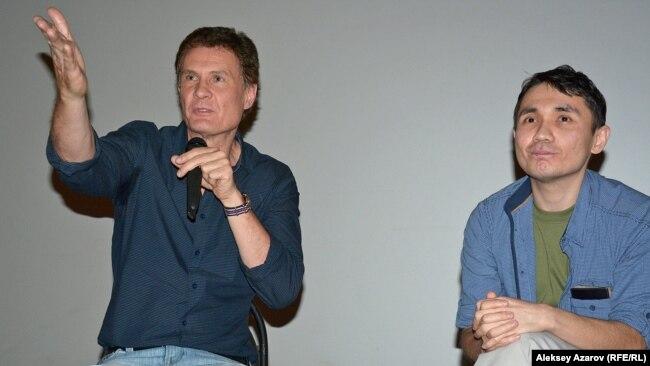 После просмотра фильма прошло его обсуждение с участием режиссера Адильхана Ержанова (справа). Слева – киновед Олег Борецкий. Алматы, 21 апреля 2016 года.
