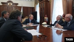 Prezident Wladimir Putin Moskwada hökümetden aýry guramalar baradaky maslahatda.10-njy iýul, 2012.