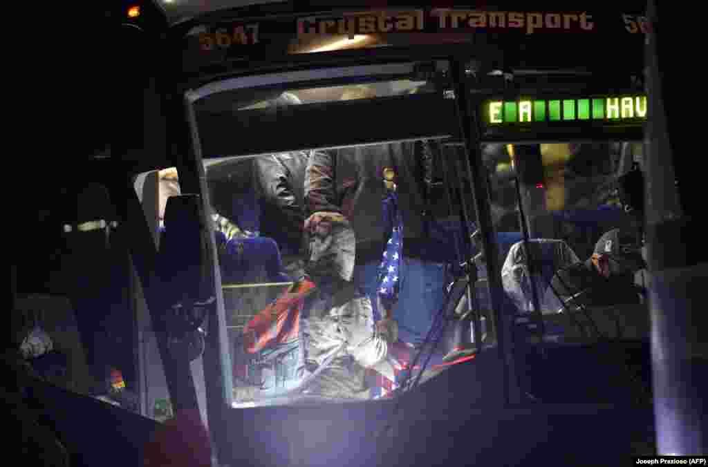 Прихильники президента США Дональда Трампа сідають в автобус і вирушають із ночівлею в Вашингтон, округ Колумбія. Ньютон, штат Массачусетс, США, 5 січня 2021 року
