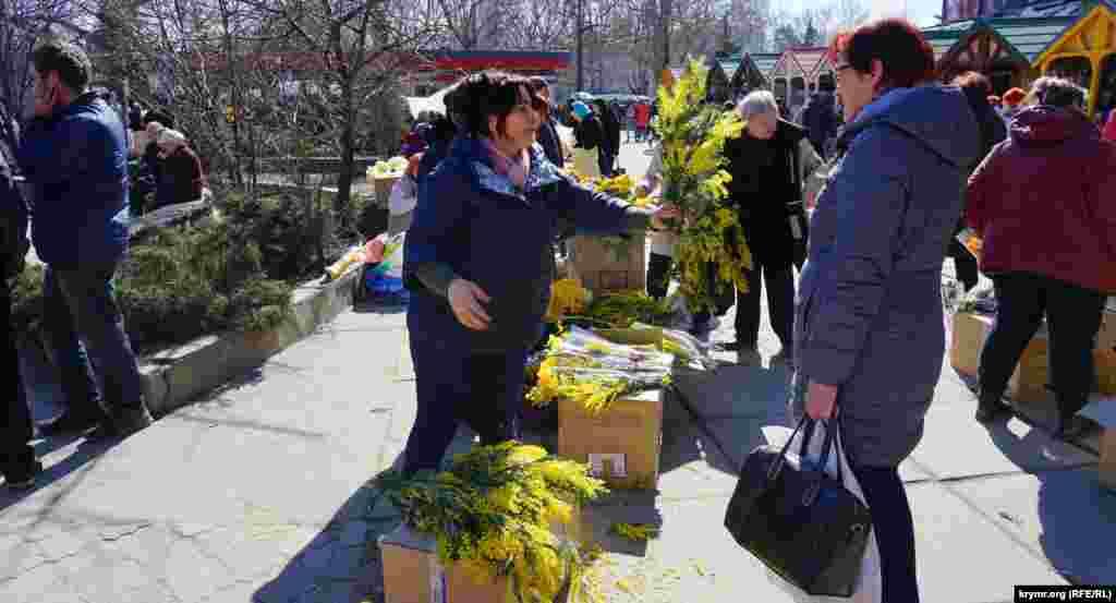 8 березня вулиці Криму заполонили торговельні точки, які продавали квіти. Як і в попередні роки, напередодні свята активізувався стихійний продаж квітів