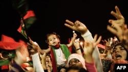 Liwiýanyň Bengazi şäherinde adamlar Tripoliniň synmagyny gutlaýarlar, 23-nji awgust.