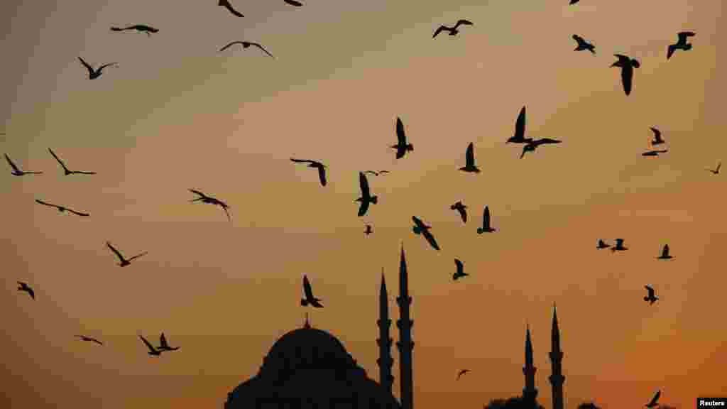 The sun sets over the Ottoman-era Suleymaniye Mosque in Istanbul. (Reuters/Murad Sezer)
