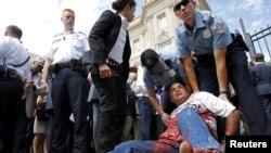 Полиция задерживает протестующего против поднятия флага Кубы над зданием посольства