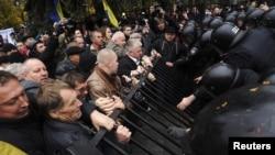 В этот раз власти лучше подготовились к действиям протестующих - парламент охраняло вдвое больше спецназовцев (Киев, 3 ноября 2011 года)
