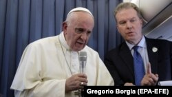 Papa Françesku dhe zëdhënësi i dorëhequr Greg Burke (Foto arkiv)