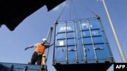 Ўзбекистондан келган Йўлчивойларга Мирзакорейсбой мана шундай контейнерлардан қулай уйчалар ясаб беради.
