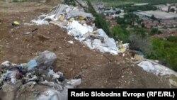 Дива депонија во Скопје, на патот меѓу населбите Кисела Вода и Сопиште