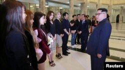 North Korean leader Kim Jong Un (right) meets South Korean K-pop singers in Pyongyang. (file photo)