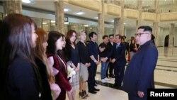 Ким Чен Ын түштүк кореялык ырчылар менен, Пхеньян.