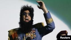 """Саша Барон Коэн Германиядағы """"Диктатор"""" фильмінің көрсетілімінде Алладин болып сөйлеп тұр. Кельн, 14 мамыр 2012 жыл."""