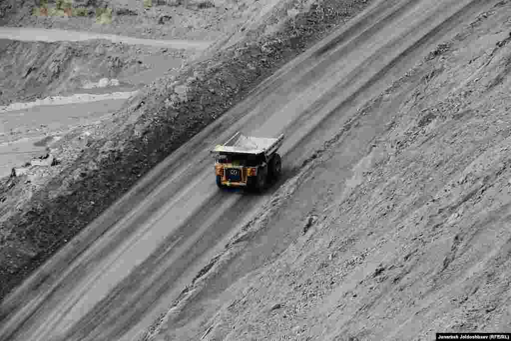 Общие запасы и ресурсы месторождения, по оценкам советских геологов, превысили 700 тонн золота